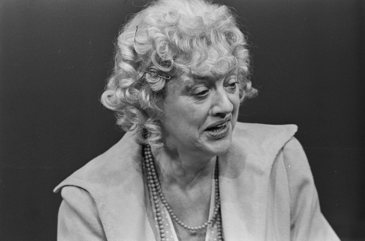 """Scene fra Nationaltheaterets oppsetning av David Storeys """"Hjem"""". Forestillingen hadde premiere 27. oktober 1971. Kirsten Sørlie hadde regi og medvirkende var blant andre Aase Bye som Katleen."""