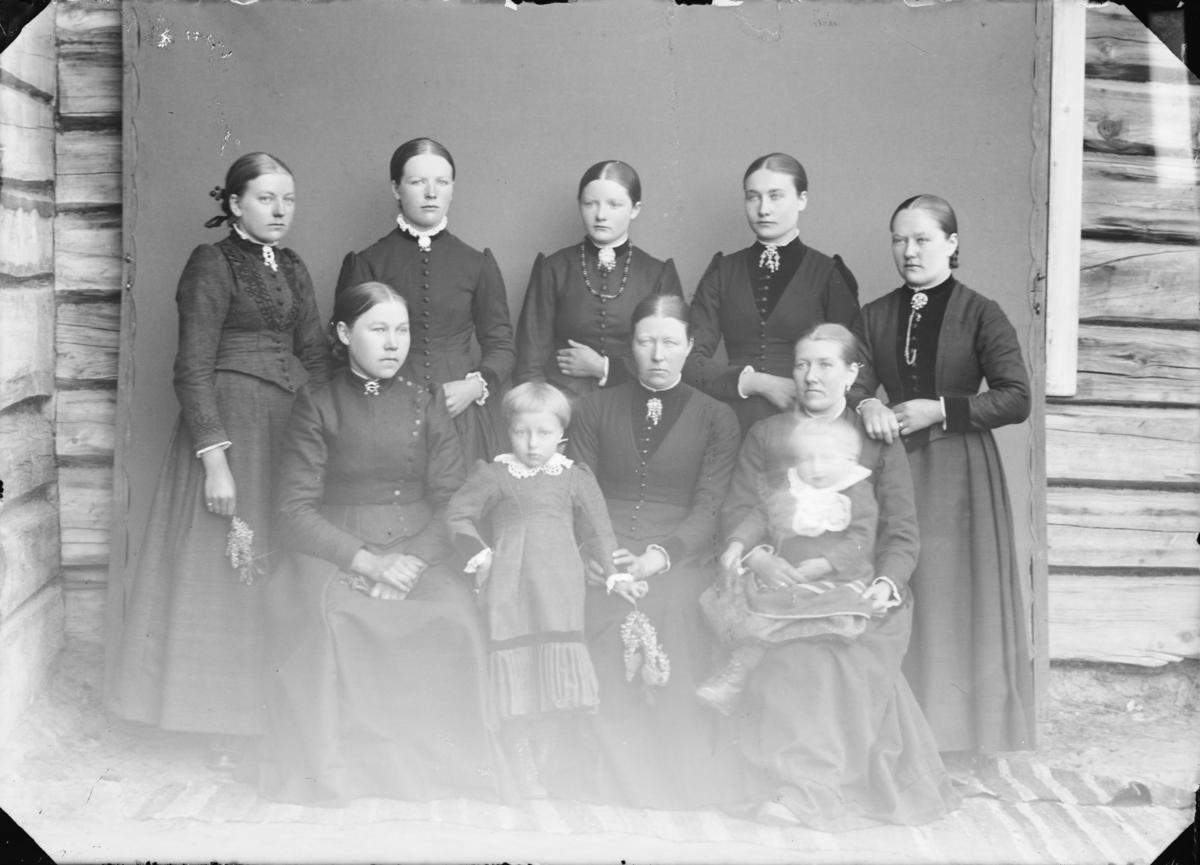 En gruppe med 8 damer og 2 jenter.  Etter MPLs regnskapsbok for 1992 antas det at damene er Anne Ramstad, Anne Bakke på Sperstad, Lina Russar, Mari Olsdatter Dalen, Anne Grimstad og Guro Grimstad.