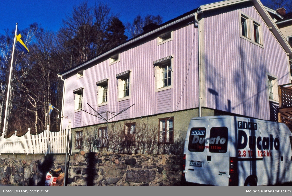 Trädgården i Mölndal, januari 2000. Konstnären Knut Bergs föräldrahem, Trädgårdsgatan 26, numera Störtfjällsgatan 120. D 33:27.