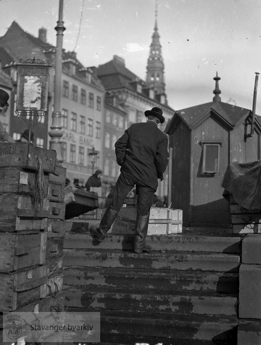 København, Danmark. (* Flere av fotografiene mellom 2000 og 2100 later til å være fra tidlig 1900-tall. Registrator stiller seg derfor tvilende til at disse er tatt av Gard Paulsen. Mulig tidlige bilder av Hans Henriksen har blandet seg inn blant Paulsen-bildene?)