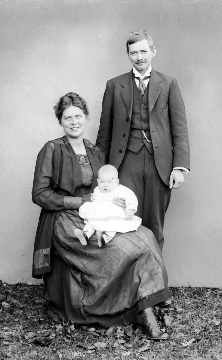 Stasjonsbetjent Johan Hansen f. 1918 og Alma Gundersen.
