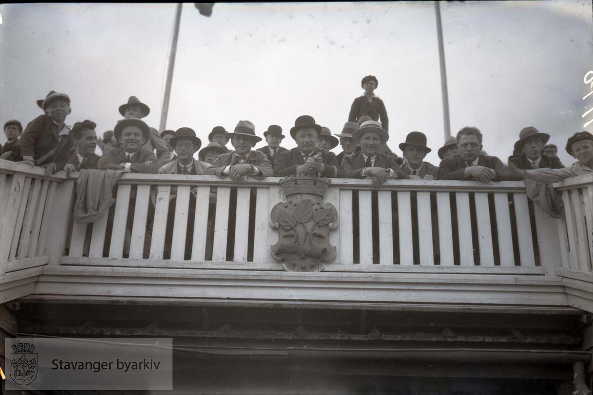 Tilskuere på tribunen på Stavanger stadion