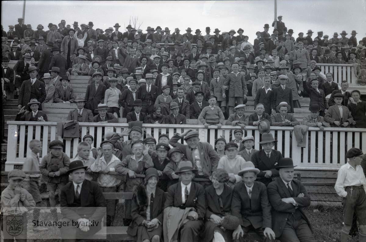Tilskuere på tribunen. .Fotball.