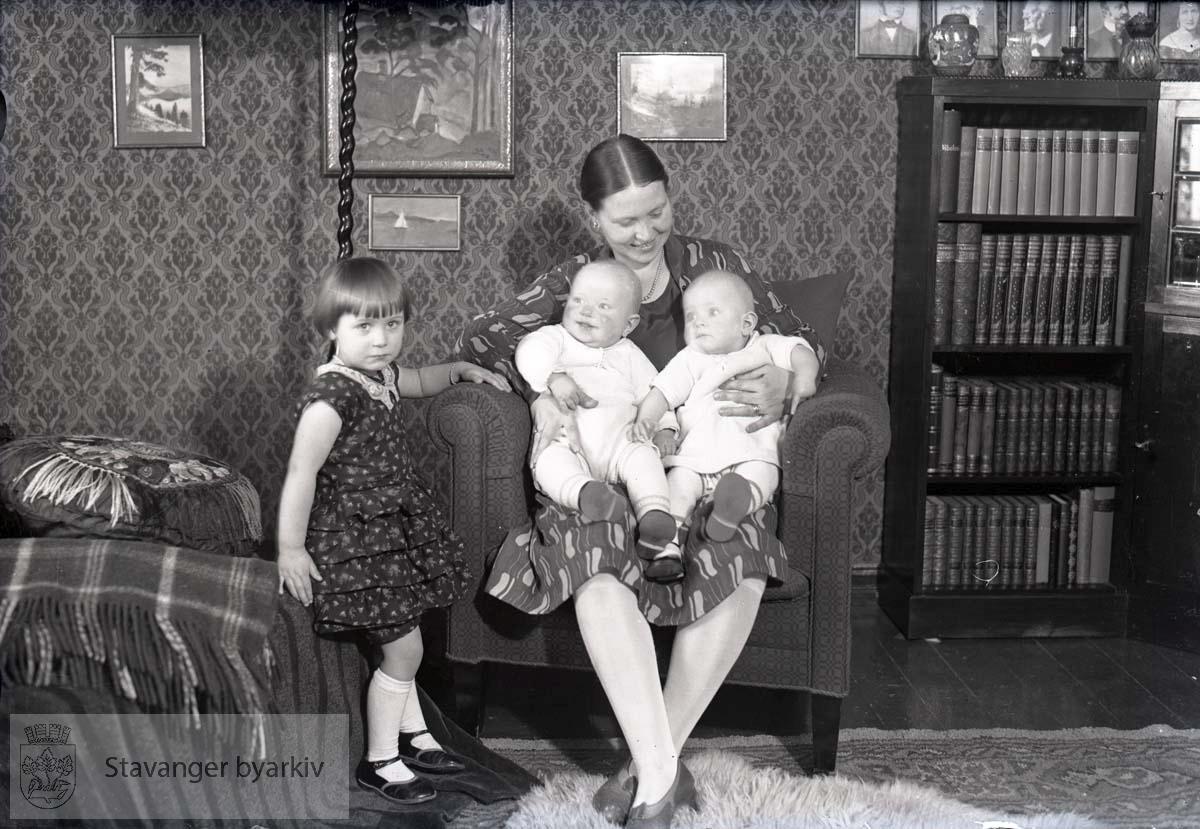 Foreldre og tre barn.