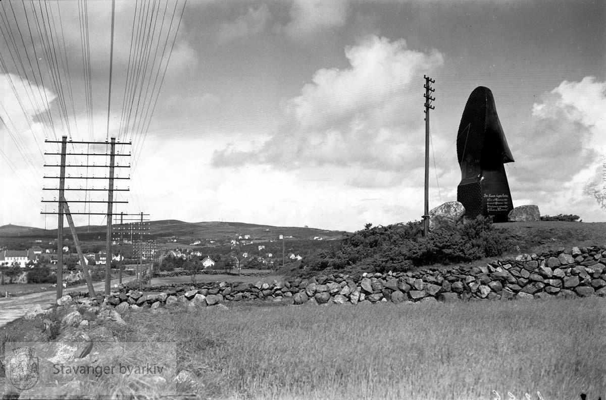 Askim (Skofabrikk) .Gigantisk sko brukt i forbindelse med Norges Varemesse. .Jåttå / Jåtten På Kyrkjehaugen.Jåtten Skole i bakgrunnen til venstre