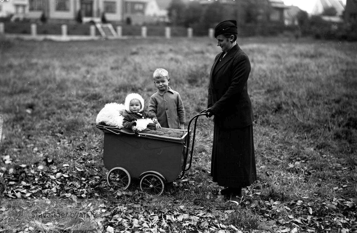 Steen Rydberg, barnebilde.Mor, bror og søster.Barnevogn