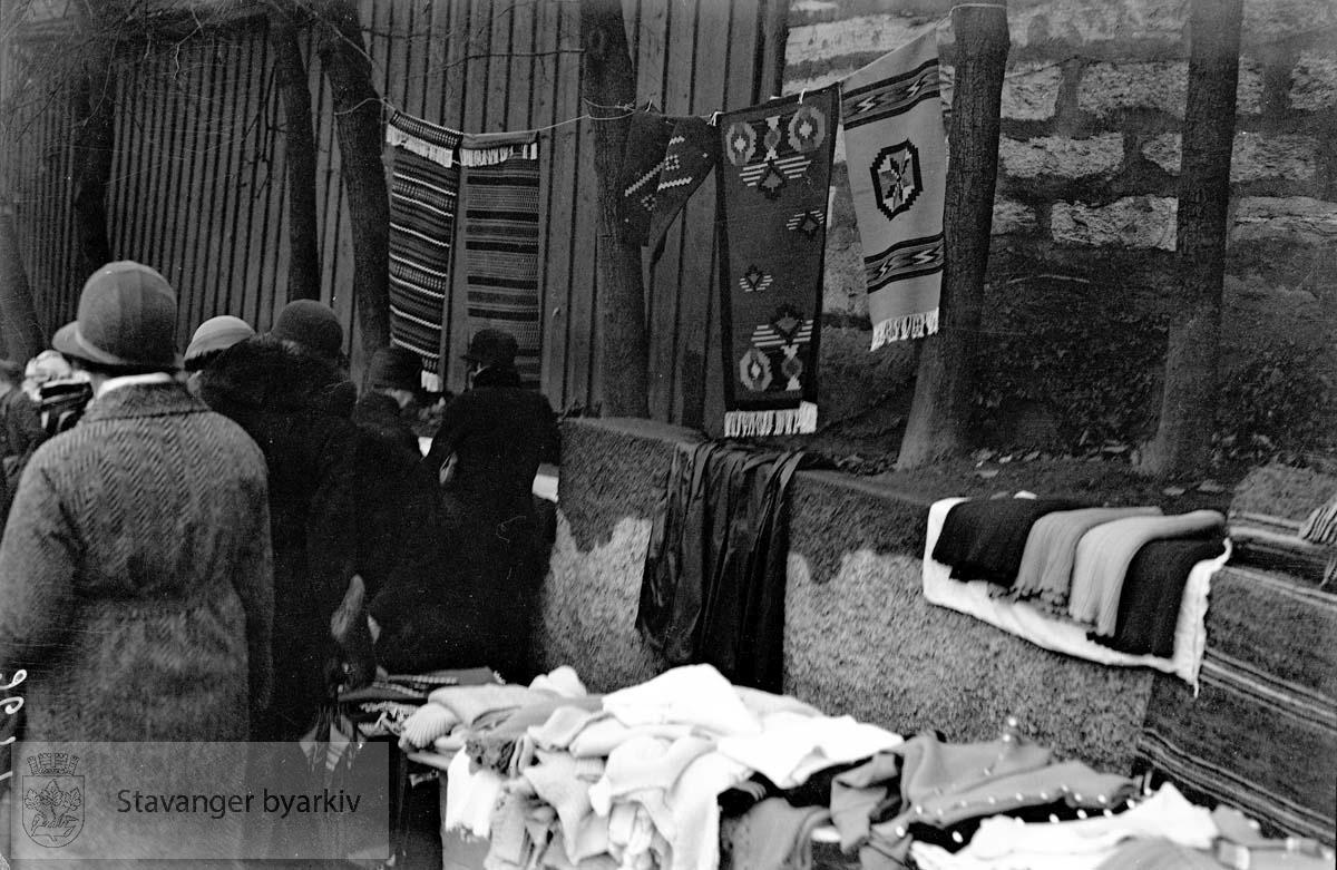 Marked på torget.Vevde tepper og andre tekstilvarer til salgs