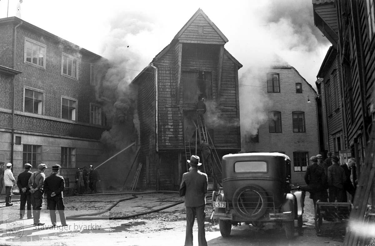 Fra brann på Slakthuskaien.Slakthuset til venstre. Sjøhus i brann.
