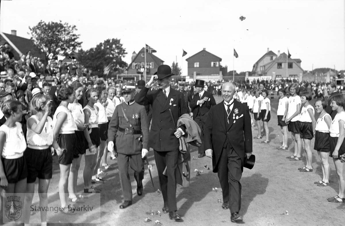 Turnstevne..Oppstilling.Hans Majestet Kong Haakon VII ankommer Stavanger Stadion
