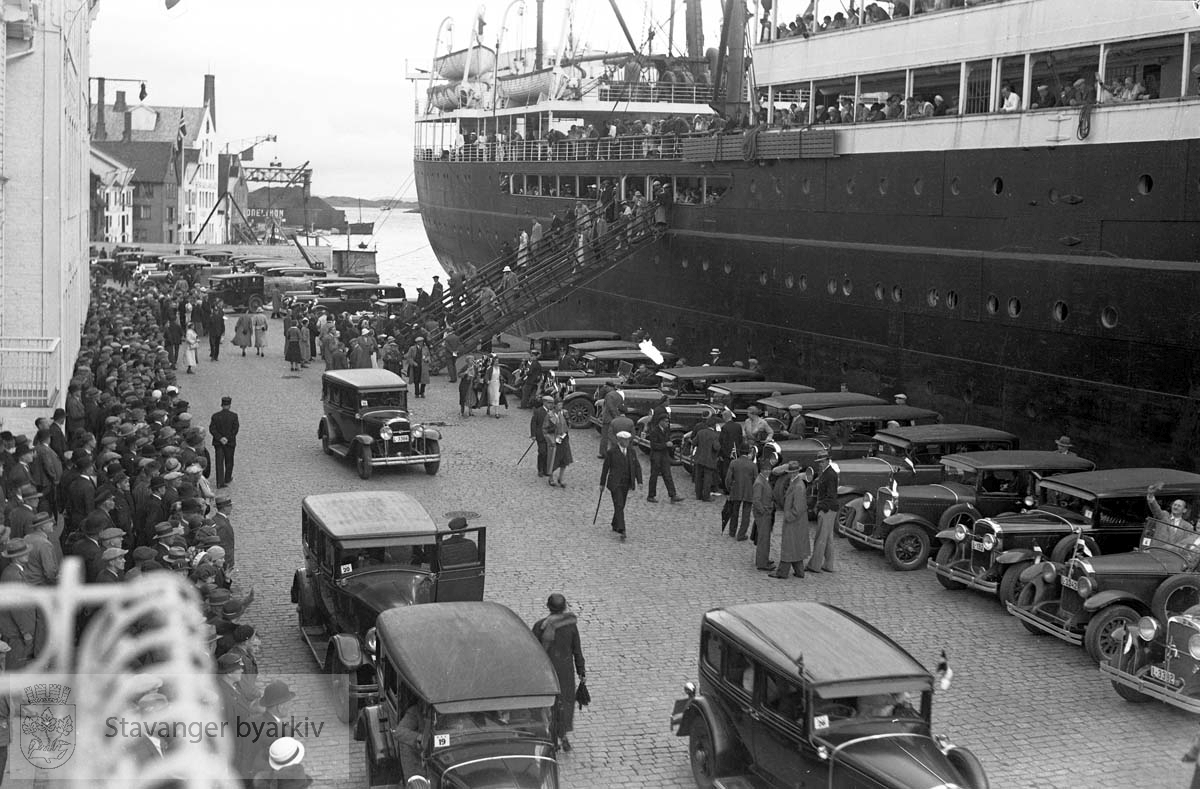 Skipet Veedam.Passasjerer går i land