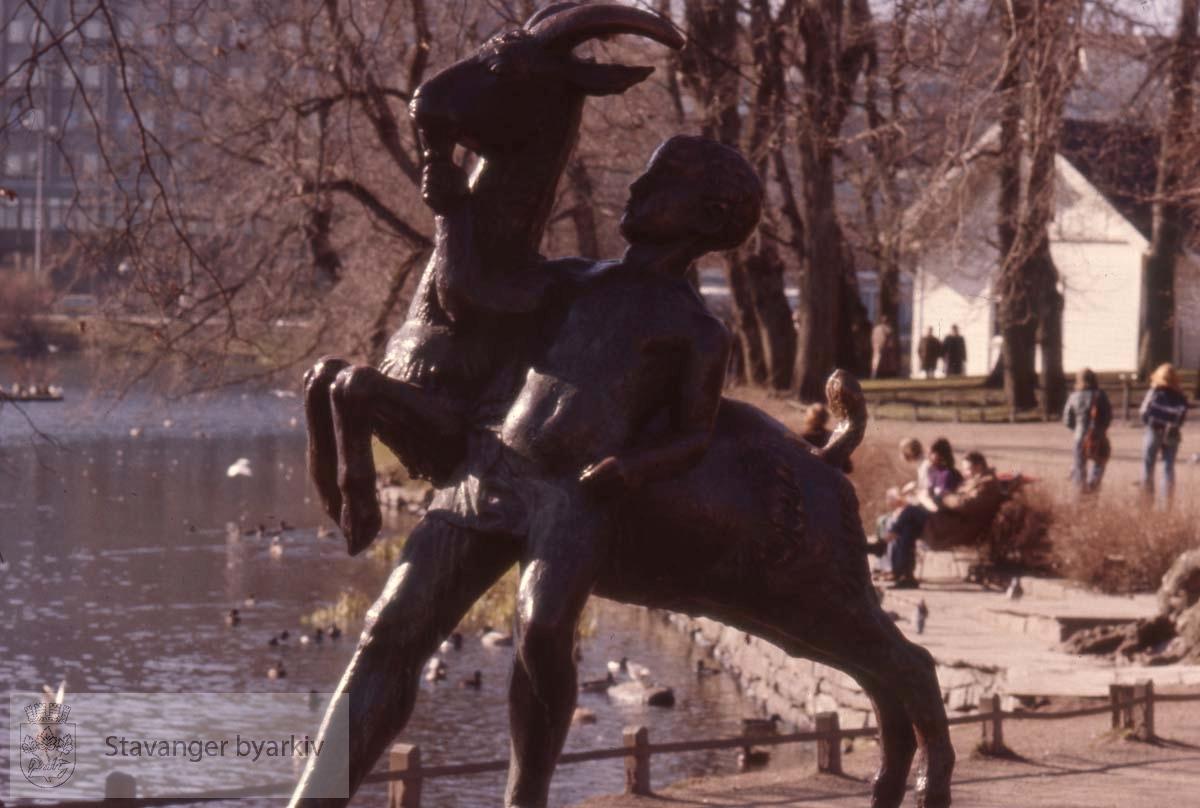 Skulptur av Stinius Fredriksen, 1925.Breiavatnet i bakgrunnen