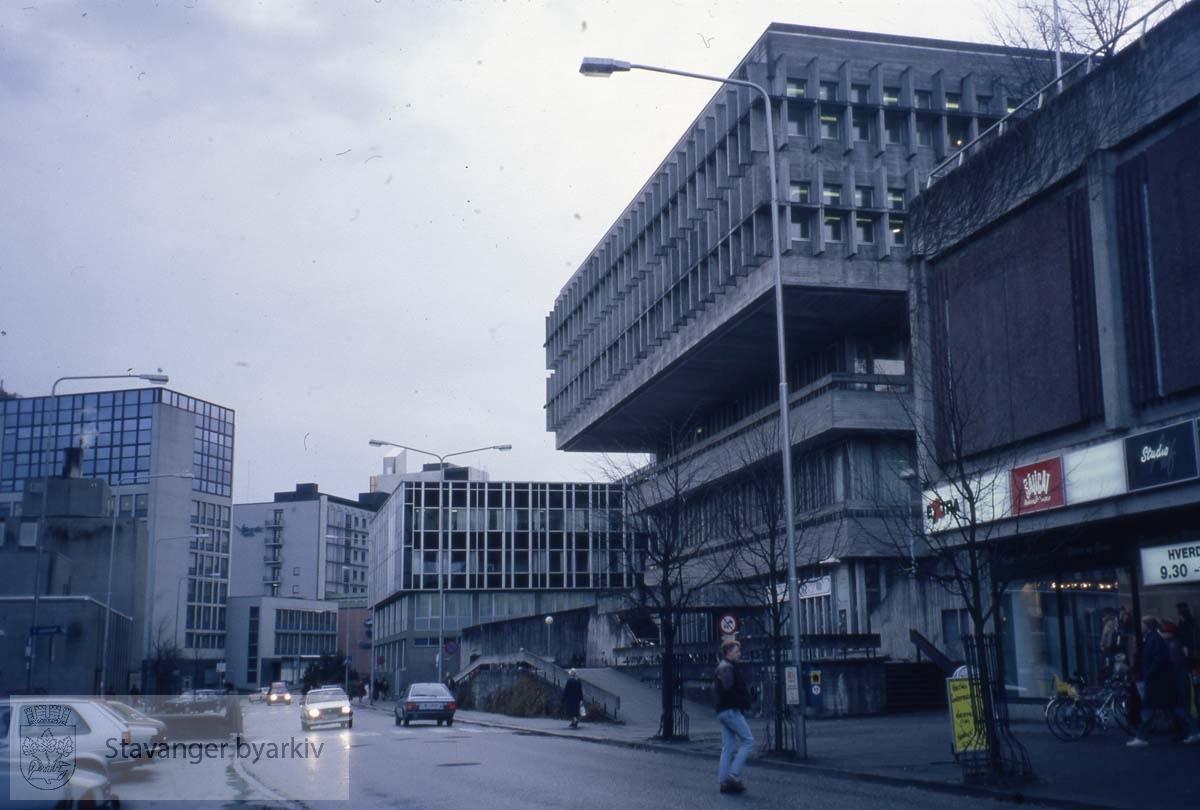 Bak til høyre: Biblioteket. Rådhus i dag..Olavsgården og Hotel Atlantic bak til venstre.