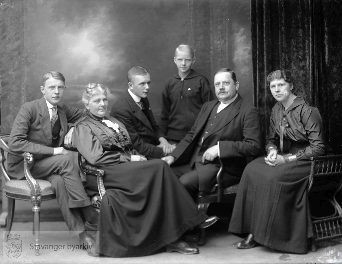 Fra venstre Sverre (f. 1900), Martha (f. 1869), Haakon (f. 1897), Ellen (f. 1903), Georg T. (f. 1866), og Signe (f. 1894)..Se også BySt1981_01