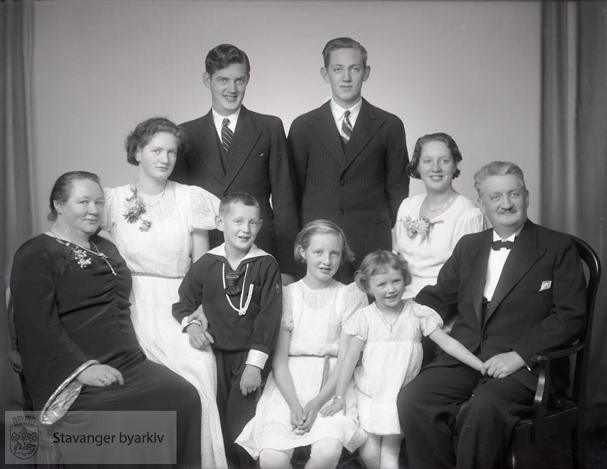 Bildet har nummer 96135 i Johannessens kundeprotokoller. Familieportrett.
