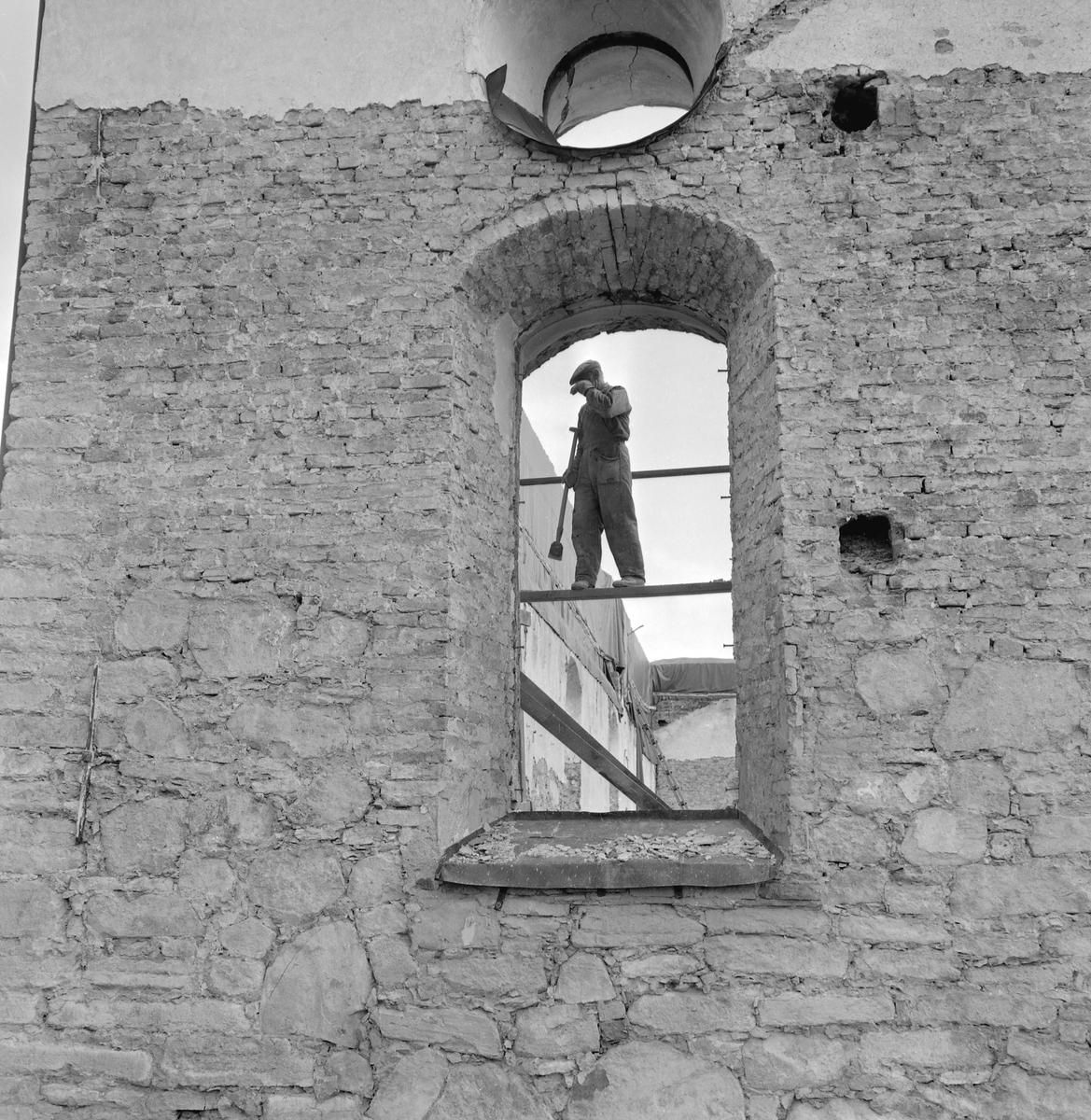 Den  21 juni 1961 var katastrofen framme i Vist. Församlingens kyrka stod under renovering och något gick galet. En takarbetare såg svag rökutveckling vid middagstiden. Kort därefter var hela byggnaden övertänd. Av kyrkans rika inventarierna kunde mycket lite räddas. Bilden visar ett ögonblick från den efterföljande restaureringen.