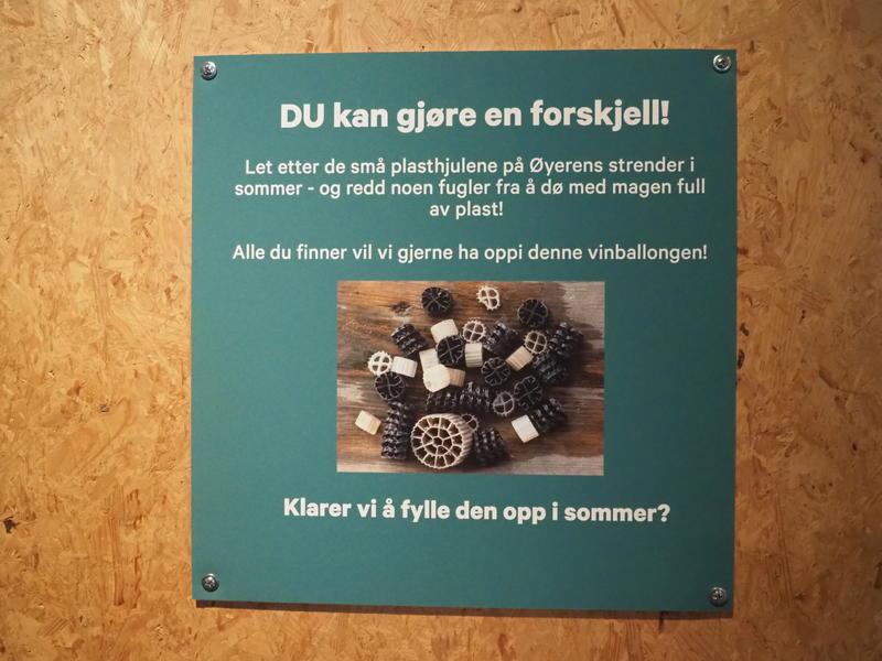 Bilde av plakat med informasjon om plast forsøpling