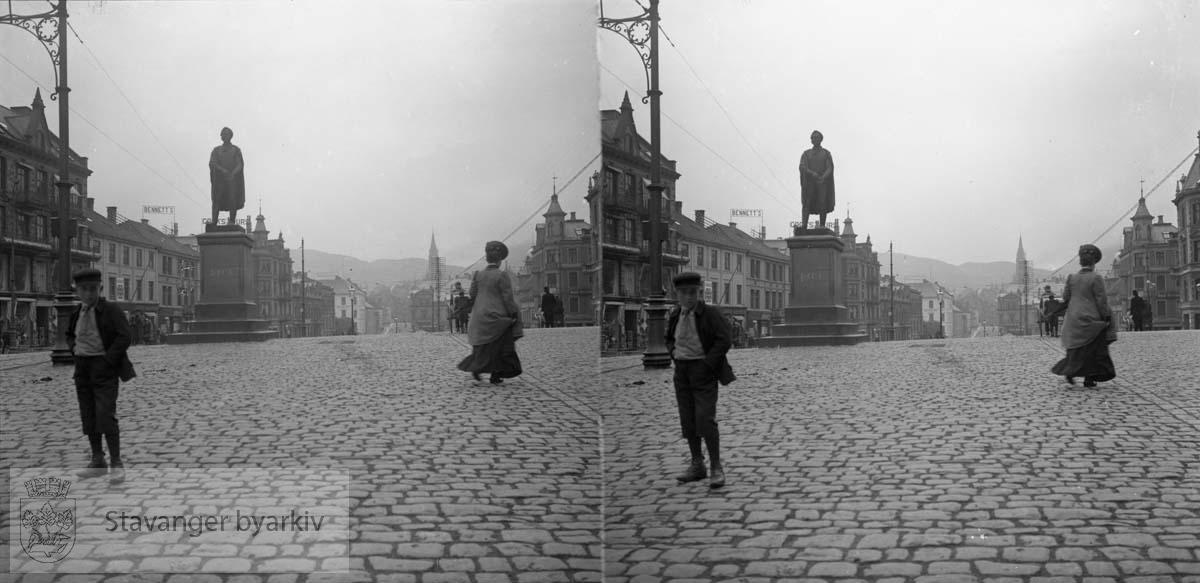 Torgalmenningen med Christiestøtten til venstre. Monumentet er laget av Christopher Borch og sto på almenningen til 1926. .Stereofotografi..