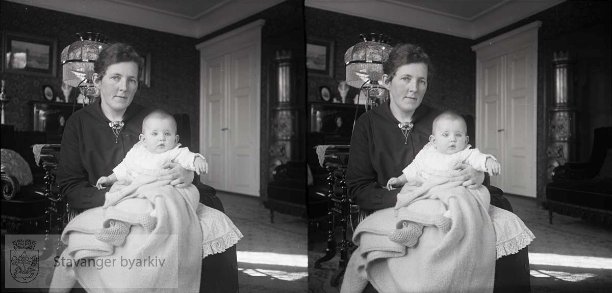 Stereofotografi. ..Nicoline Eckhoff antakelig med sin datterSolveit Margrethe Eckhoff.