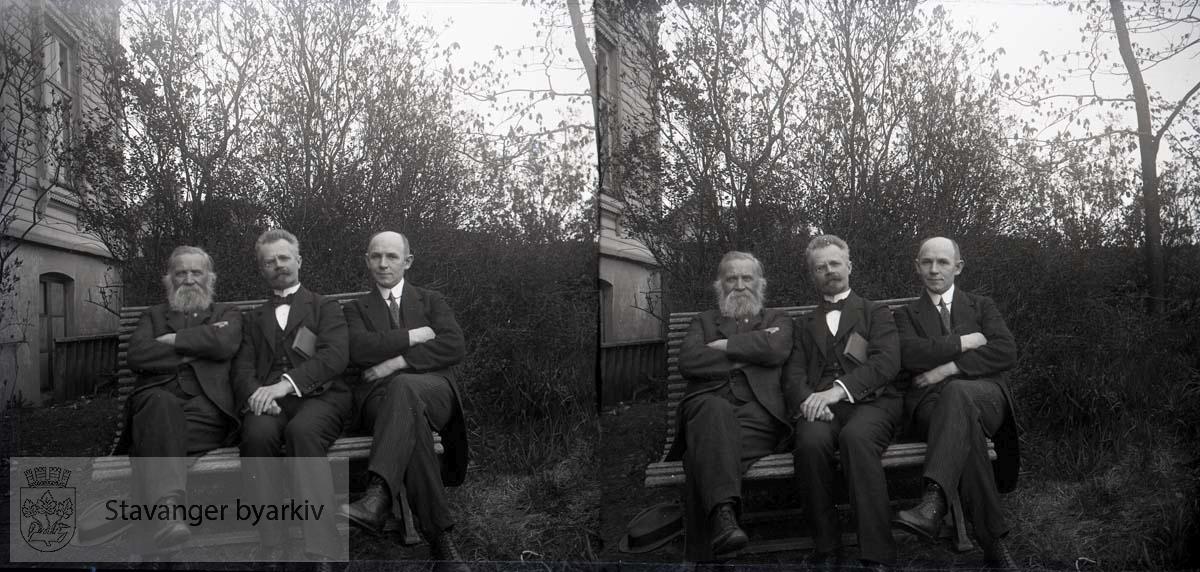 Stereofotografi. .Fra venstre sitter Tønnes Sandstøl, pastor Brønnecke fra Stockholm (swedenborgianer) og Michael Eckhoff.