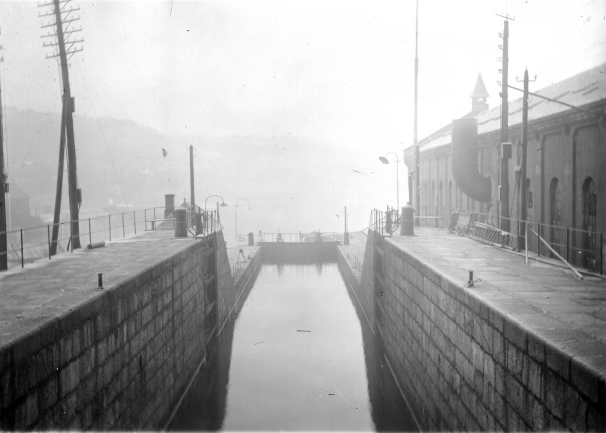 En samling glassplater fra Norsjø-Skienkanalen. Kanalen ble påbegynt i 1854, mens arbeidene med slusene i Skien og Løveid ble utført i 1860-1861 og var ferdig og klar til kanalen åpnet 1. mai 1861. Bilde nr. Løveid sluse, bilde nr.2-3 Skien sluse fotografert 1907, foto T.Heisholt, Liste over bilder.