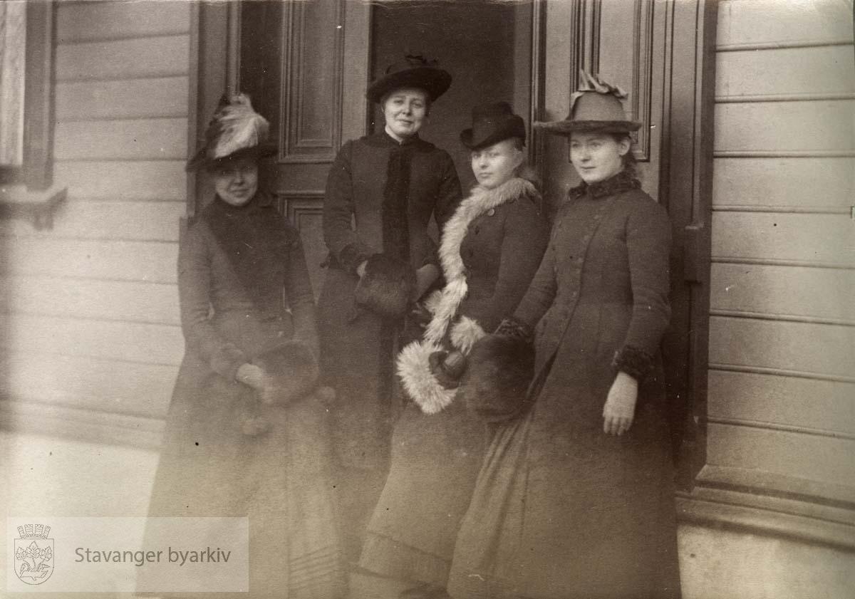 Fire damer i Kleiven