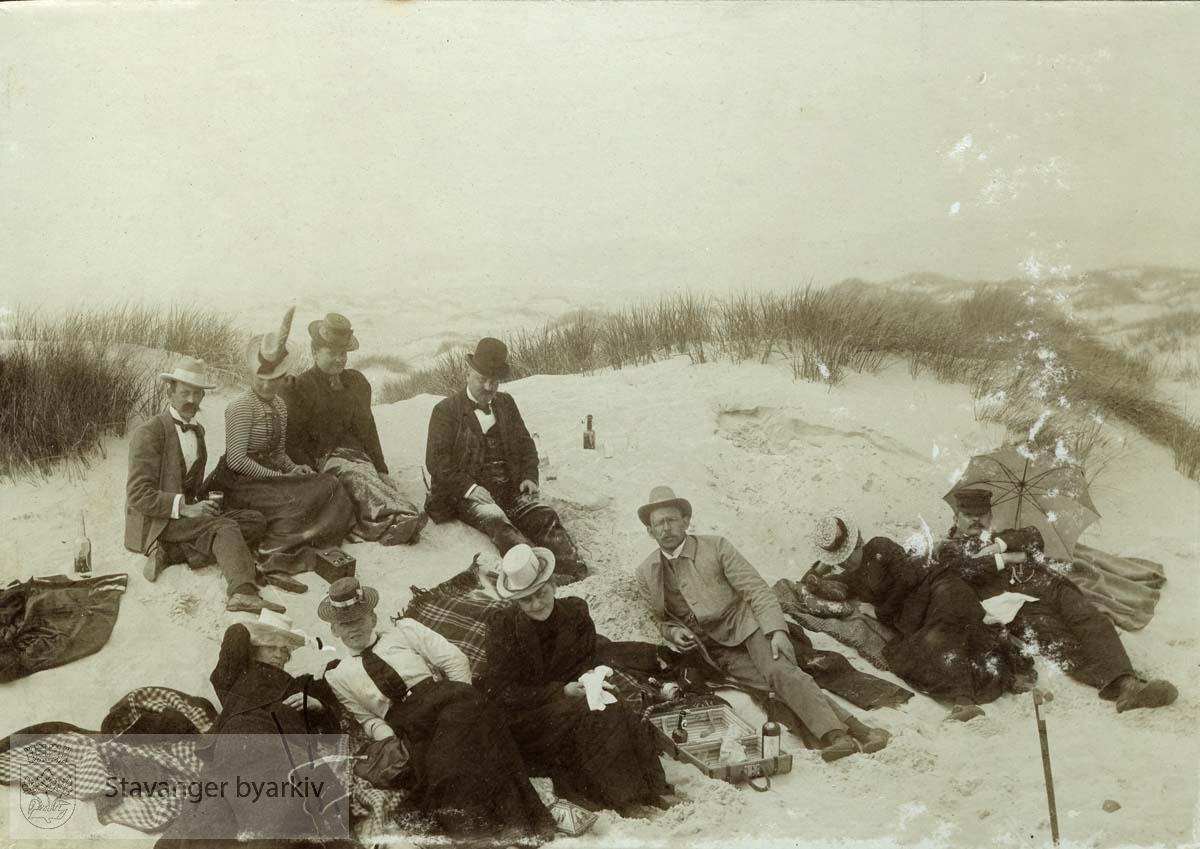 Gruppebilde i sanddynene.