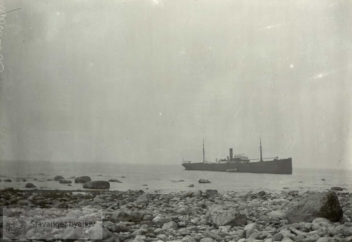 Tysk skip jaget på grunn av engelske orlogsskip. Forgjeves forsøkt trukket av. Brakk i to vinteren 1917. Kjøpt av Thor Egeland for ca. 300 000 tyske mark (kurs ca. 45)