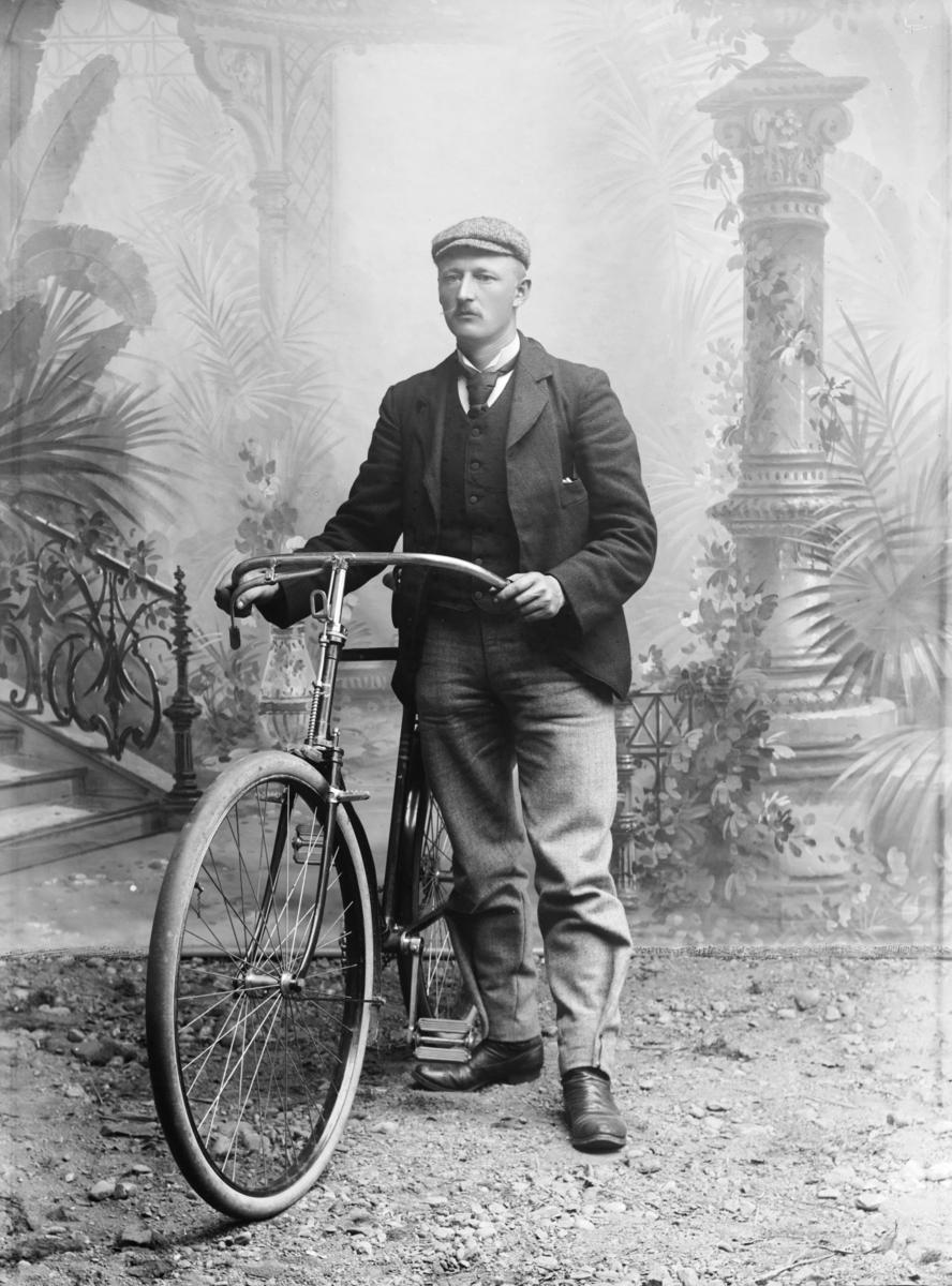 Reisende Iver Holmen med sykkel