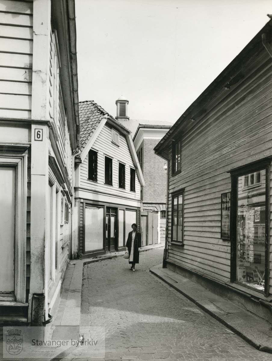 Fra venstre: Søregata 6, Laugmannsgata 14 og Filmteateret. Til høyre: Søregata 8. De to førstnevnte revet juli 1950.