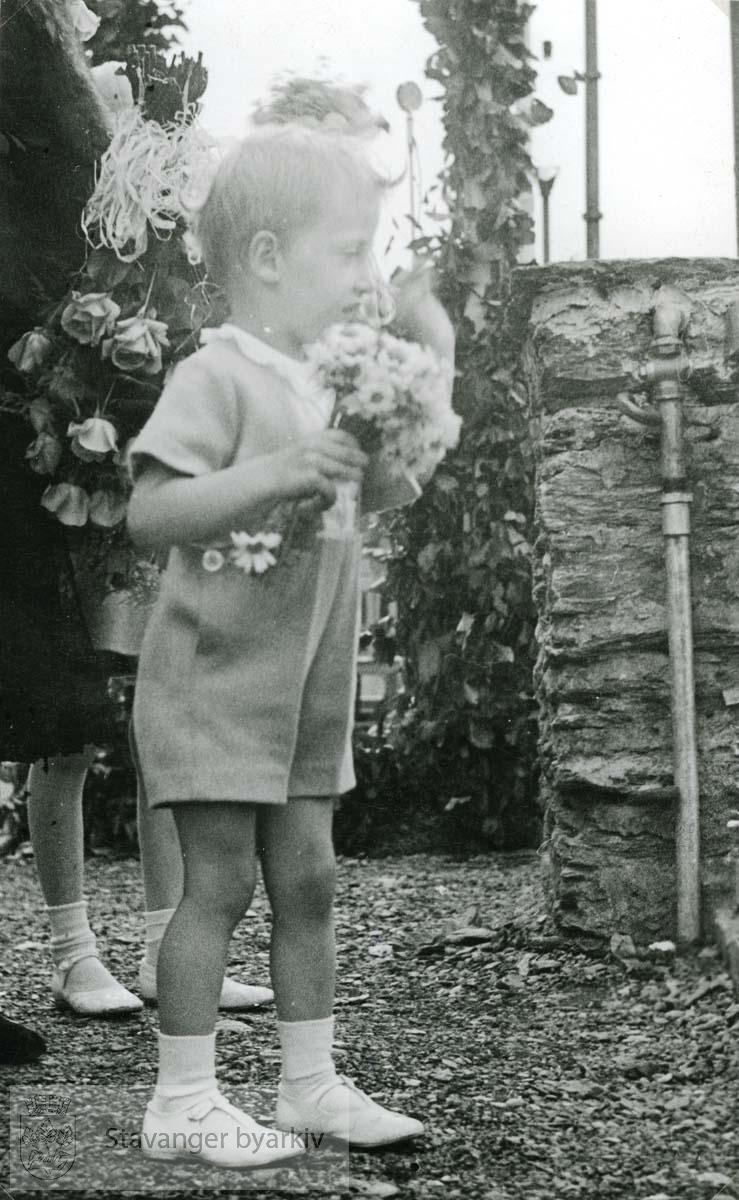 Prins Harald med en blomsterbukett. ..(Fra minnealbum avlevert av familien Hansen. Bildene og dokumentene er dog blitt til som ledd av L.W.Hansens kommunale virke, og er således innlemmet som del av formannskapets bildearkiv)
