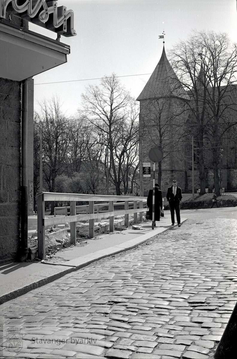 Litt av Hetland Sparebank til venstre