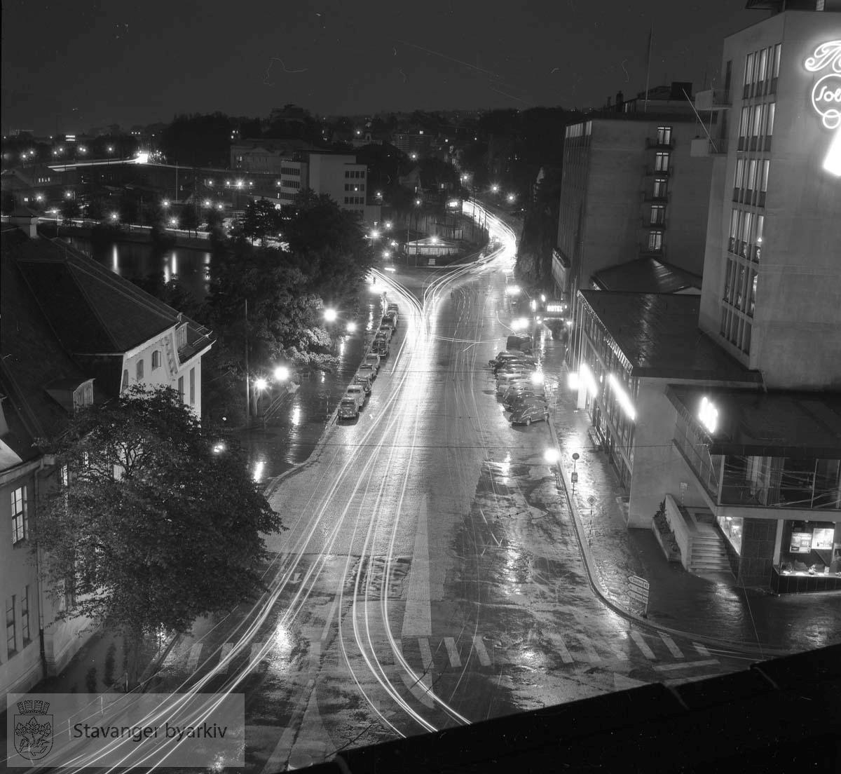 Hotell Atlantic, Rogalandsbanken og Postkontoret. Fotografen eksperimenterer med lang blenderåpningstid.