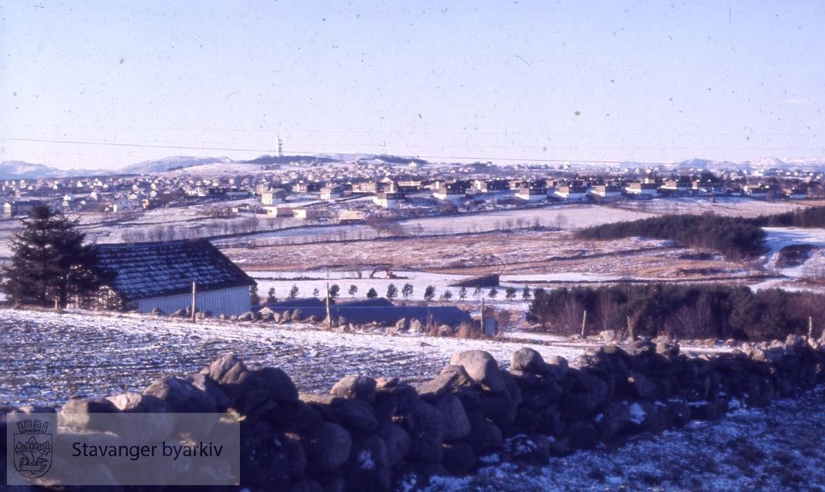 Landskap med Ullandhaugtårnet langt i bakgrunnen
