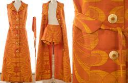 Drakt/kjole med belte og shorts.