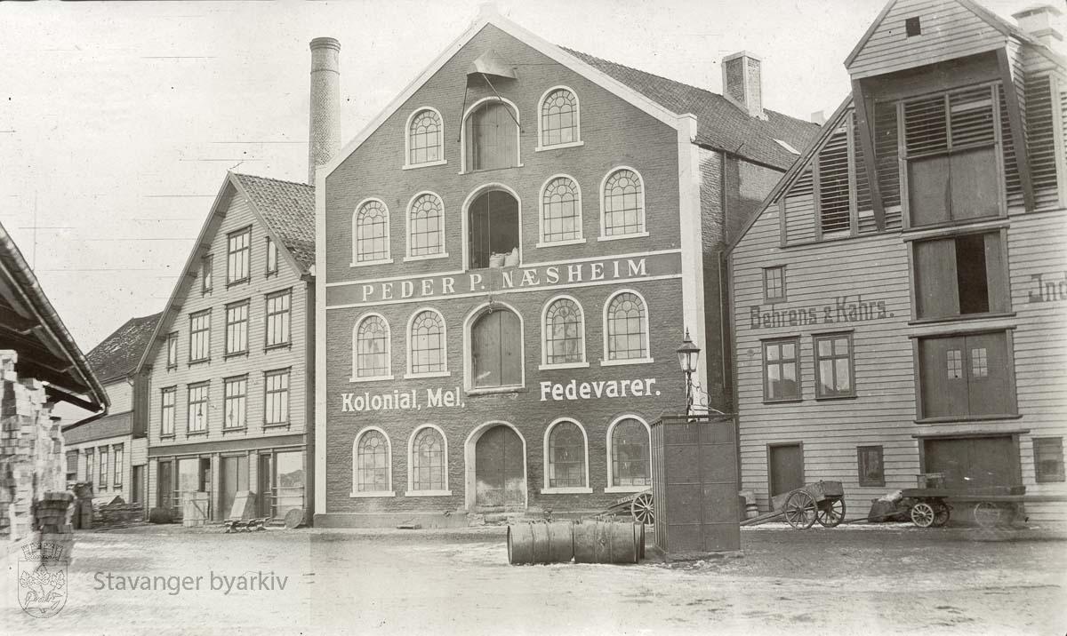 """""""Kolonial , Mel, Fedevarer"""".Behrens & Kahrs i Børehaugen 3 til høyre."""