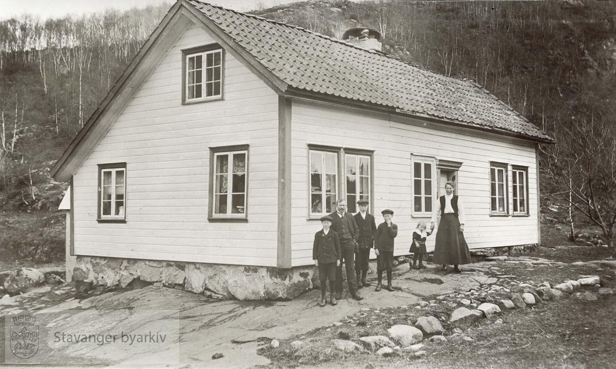 Kvanvik - folk oppstilt foran hus