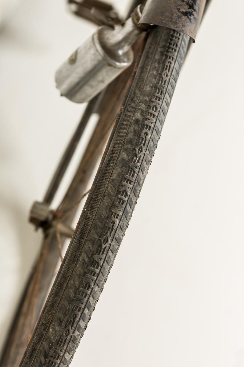 Svartlakkert sykkel uten gir med mørkebrunt lærsete med to kraftige fjærer. Sykkelen er i tillegg utstyrt med  håndbrems, ringeklokke, baklykt og bagasjebrett. På setestaget er det festet en liten trekantet  lærveske til oppbevaring av lappesaker. Sykkelen er utstyrt med svarte vikingdekk.