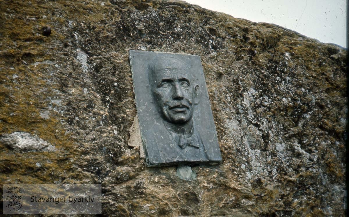 Gabriel Olsen - bronserelieff av Erike Haugland