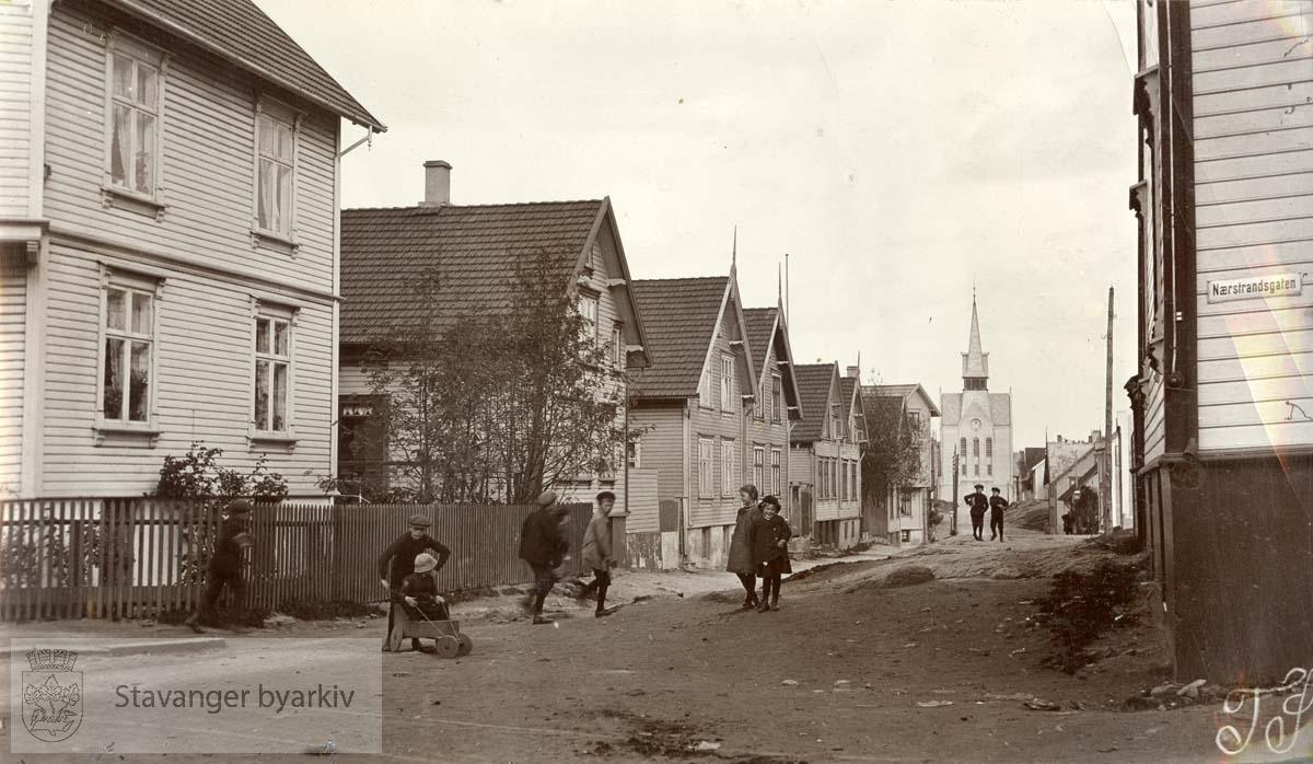 Lekende barn i gata. Tatt fra krysset Sandsgata/Nedstrandsgata