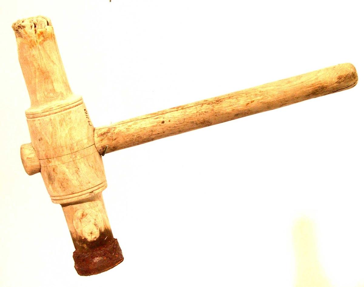 Selve klubben i løvtre, bjerk ? Håndtaket i eik. Klubben er 33 cm lang.  Midt på er  diam. 7,5 cm. I hver ende er diam. 5 cm. Håndtaket er 43 cm langt, diam. er 3,5 cm. Håndtaket går gjennom klubbbens midt og stikker ut ca 2 cm på oversiden. Klubben har hatt jernringer i begge ender, kun en tilbake nå. Jernringen er godt rusten, diam er 6 cm., tykkelsen er ca. 0,7 cm og bredden er 3 cm.