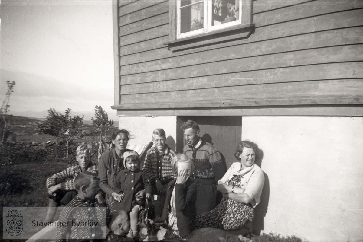 Ellinor Iversen til høyre..Bjørg Iversen med handa foran ansiktet..Eldstebrødrene Per og Jan Christian til venstre og i midten.