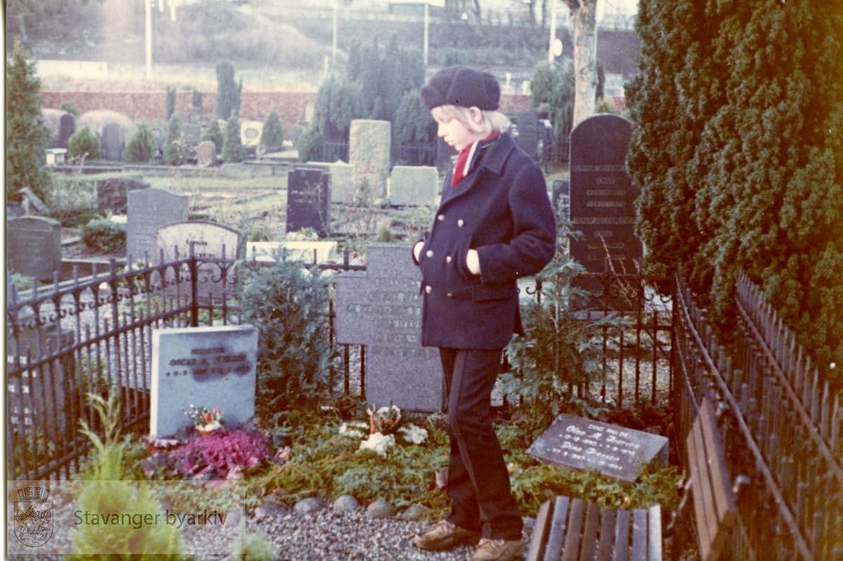 Ung gutt (barnebarn?) ved Oscar Iversens gravsted.