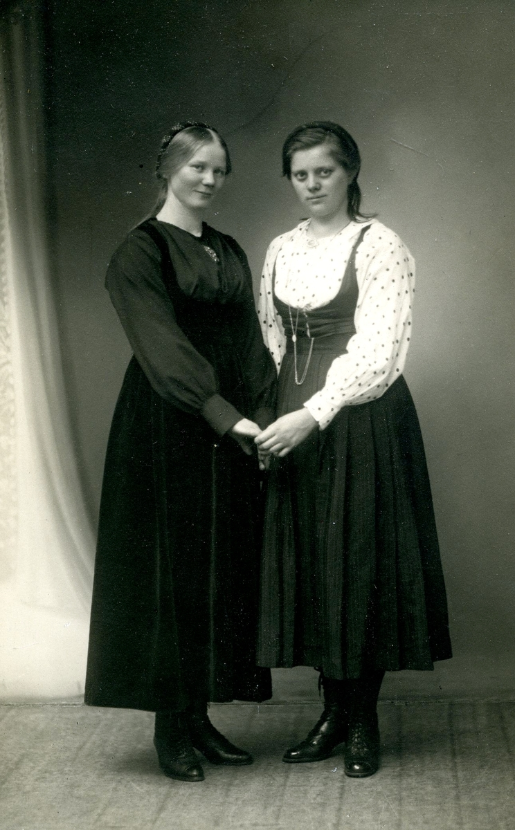 Foto av to ukjente kvenner.