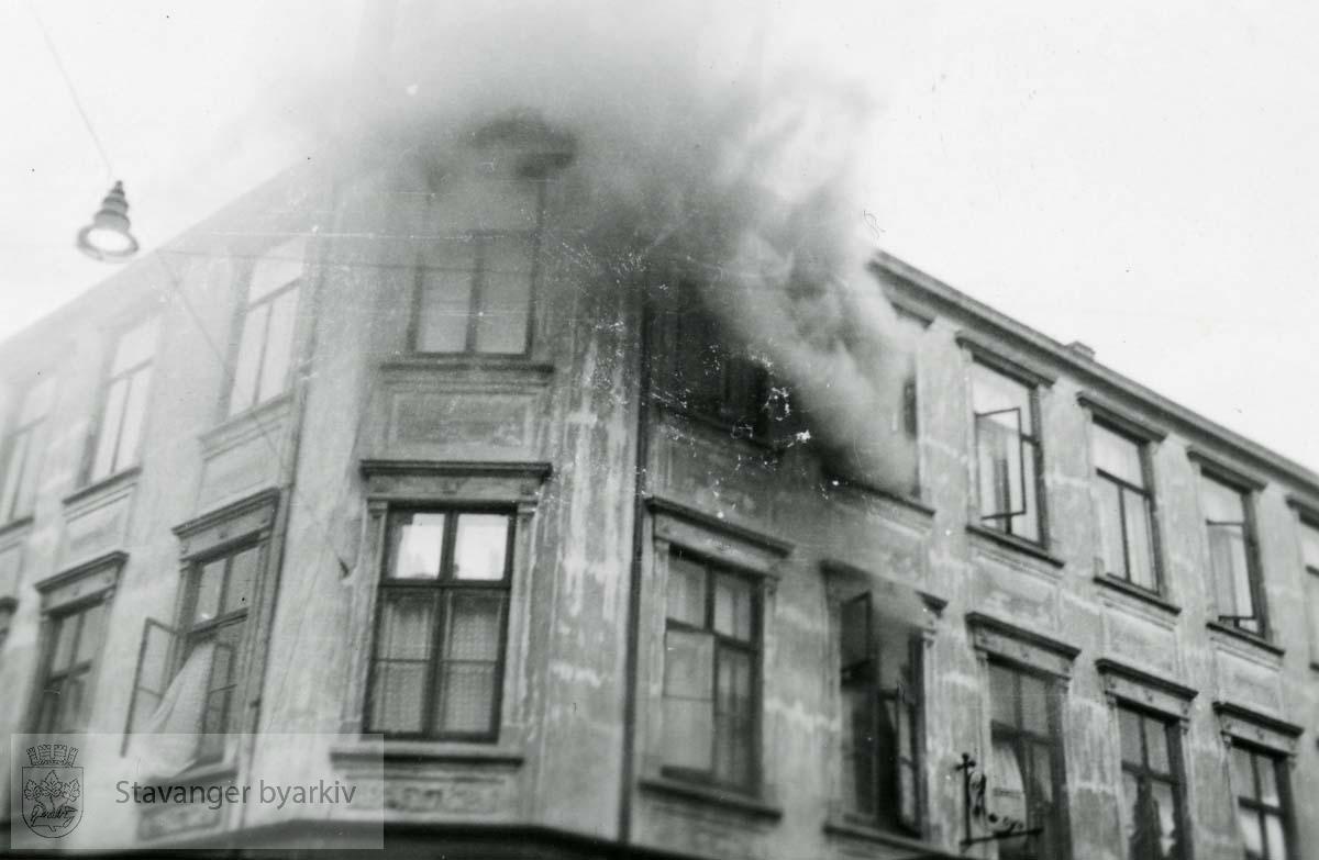 Grand hotel var en 3 etasjers trebygning reist av skipsreder Søren Berner etter bybrannen i 1860. Privatboligen ble ombygd til hotelldrift i 1887. Etter invasjonen 9. april 1940 rekvirerte den tyske okkupajonsmakten hotellet. 9. mai 1945 ble bygningen antent og totalskadd.