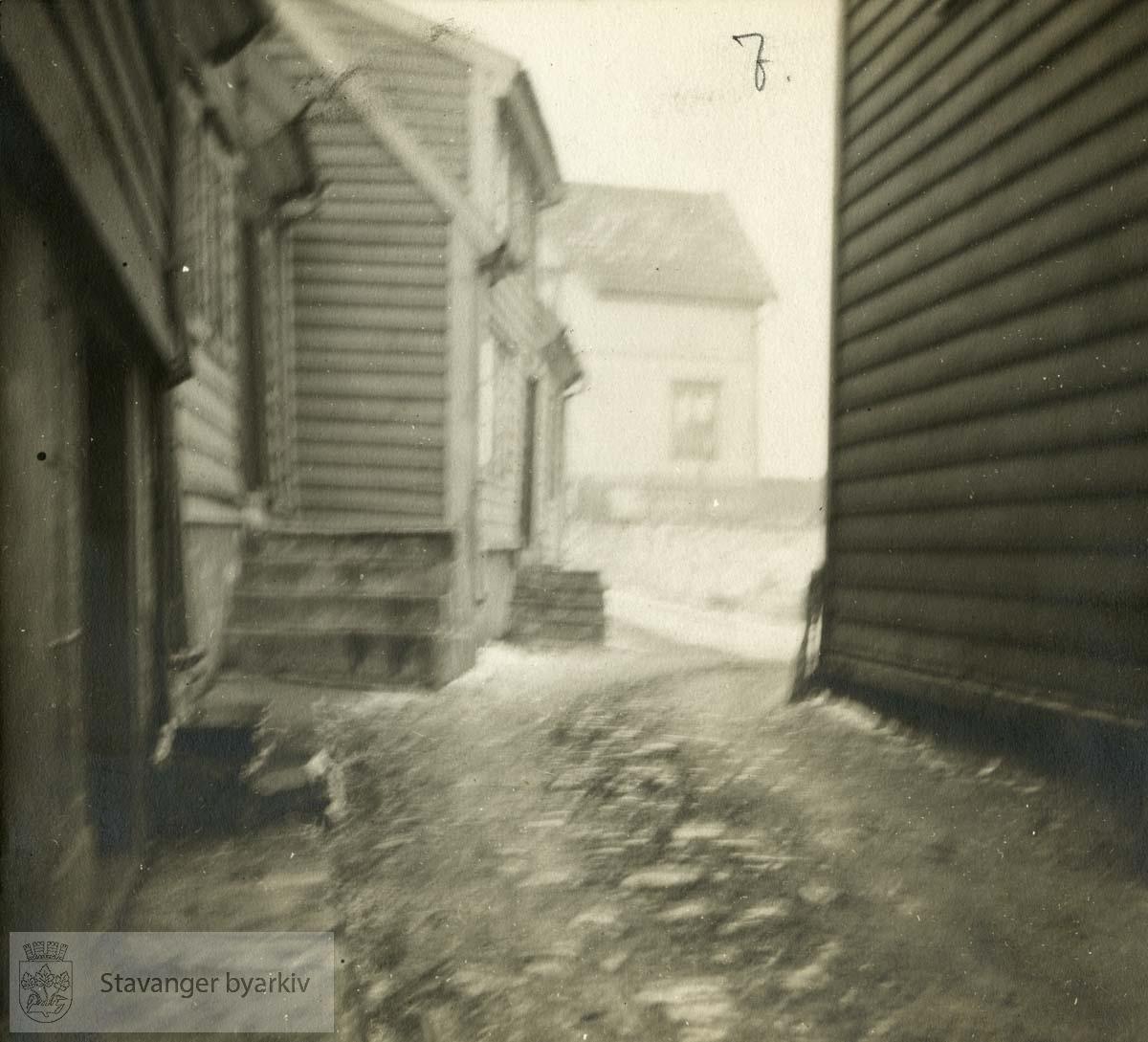 Gateløp og boliger. Uskarpt fotografi..Originalen er i et album.