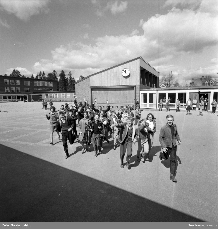 Jublande glada elever i Kyrkmons skola klass 8d som ser fram emot den klassresa till Leningrad de under sparat ihop till. De reser tillsammans med sin magister Gunnar Tjernberg, bild 2, i slutet av vårterminen 1960.