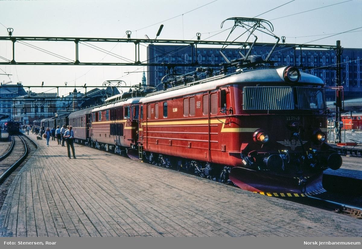 """Elektrisk lokomotiv type El 11 nr. 2149 og El 14 i rushtidstoget til Moss, """"Ormen Lange""""."""