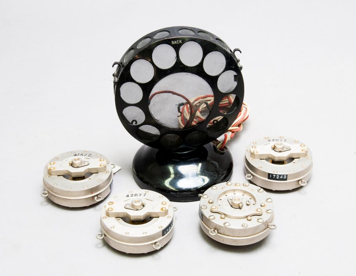 Fyra st. mikrofonkapslar och ett hölje, s.k.plättlagg. Rundradiomikrofon, push + pull-mikrofonen, märkt: SS 1817-1