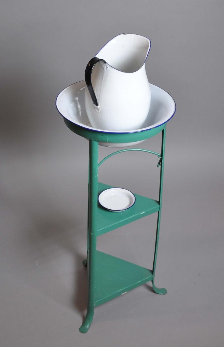 Består av grønt stativ, hvitt vaskefat, hvit skål og hvit mugge.