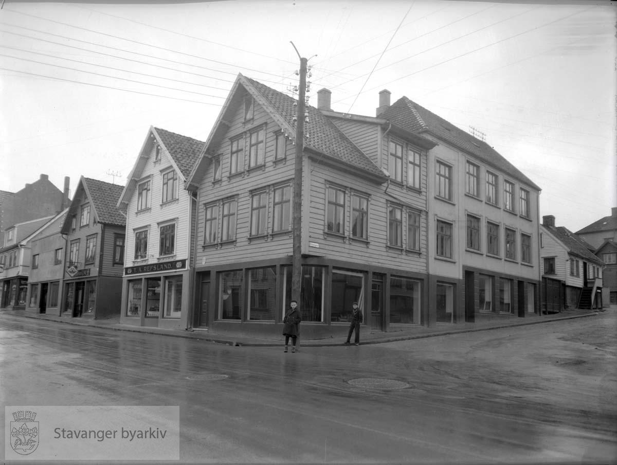 Midt i bildet St. Hansgt. 14, til venstre Pedersgata 43, 45, 47 og 49. Til høyre, St. Hansgata 16 og 18